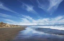 Спокойствие и безмятежность в Новой Зеландии 90 пляжа мили, северный остров Новая Зеландия Популярный пляж 90 миль в Новой Зеланд стоковые изображения rf