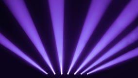 Спокойствие и фиолетовые фары этапа с дымом стоковые изображения rf