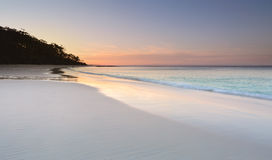 Спокойствие на пляже Murrays на заходе солнца стоковые изображения