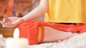 Сползать движение камеры Конец-вверх тела рук и ног девушки в положении лотоса Духовный рост сток-видео