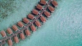 Сползать и статический всход трутня побережья океана с виллами сток-видео