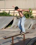 сползать скейтбордиста рельса Стоковые Изображения RF