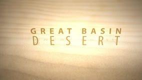 Сползать через теплые оживленные дюны пустыни с текстом - большой пустыней таза акции видеоматериалы