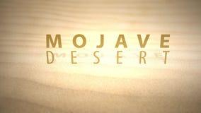 Сползать через теплые оживленные дюны пустыни с текстом - пустыней Мохаве сток-видео