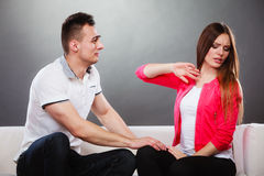 Спорить пар спорит на кресле Конфликт дома стоковые изображения