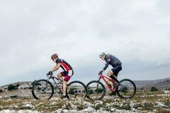 2 спорта mountainbiker велосипедиста велосипед езда на горной тропе Стоковое Изображение