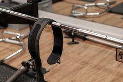 Спортзал с поднимаясь баром гантели и поднимаясь поясом спорт, поднимаясь оборудование; стоковое изображение