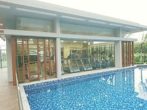 Спортзал бассейном в кондо Стоковое фото RF