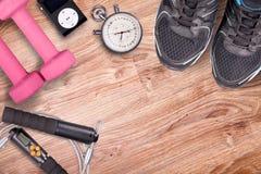 Спортзал фитнеса и идущее оборудование Гантели и идущие ботинки, сетноой-аналогов секундомер и аудиоплейер Стоковая Фотография