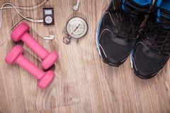 Спортзал фитнеса и идущее оборудование Гантели и идущие ботинки, сетноой-аналогов секундомер и аудиоплейер Стоковое Изображение RF