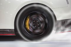 Спортивная машина горя заднюю автошину для того чтобы нагреть вверх резину для хорошей тракции перед стартом для того чтобы участ стоковое изображение rf