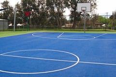 Спортивная площадка баскетбола на школе Стоковая Фотография