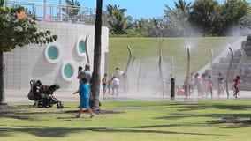 Спортивная площадка воды в парке сток-видео