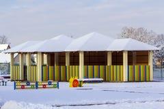 Спортивная площадка в детском саде для детей в зиме с бухтой снега Стоковая Фотография
