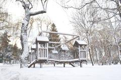 Спортивная площадка в парке зимы Ветви ели покрытые снегом Стоковое Фото