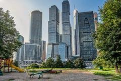 Спортивная площадка в центре города против комплекс небоскребов Стоковое Изображение RF