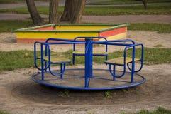 Спортивная площадка детей на дворе в лете Остатки с маленьким ребенком Стоковое Изображение RF