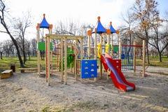 Спортивная площадка для детей в парке города спортивная площадка s детей Стоковое фото RF