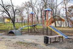 Спортивная площадка для детей в парке города спортивная площадка s детей Стоковые Фото
