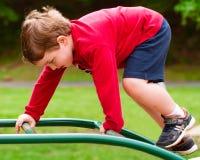 спортивная площадка мальчика играя детенышей Стоковое Фото