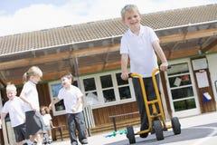 спортивная площадка мальчика играя детенышей Стоковые Фото