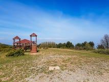 Спортивная площадка на верхней части горы с красивым голубым небом стоковая фотография rf
