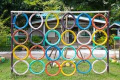Спортивная площадка построенная с цветом старых автошин славным для игр детей Стоковая Фотография