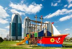 Спортивная площадка ` s детей в форме корабля против backgr Стоковые Изображения RF
