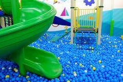 Спортивная площадка где полный меньших пластичных шариков Стоковое фото RF