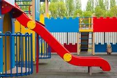 Спортивная площадка детей с скольжением Зона ` s ребенк красочная спортивная площадка парка детей самомоднейшая Стоковая Фотография