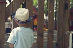 Спортивная площадка мальчика наблюдая Стоковое Фото