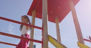 Спортивная площадка с девушкой в замедленном движении сток-видео