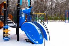 Спортивная площадка ` s детей покрытая с снегом closeup Стоковое Изображение RF