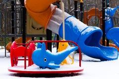 Спортивная площадка ` s детей покрытая с снегом closeup Стоковое Фото