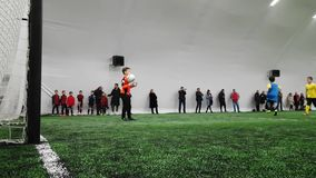 Спортивные клубы детей придают форму чашки игра футбола в стадионе Krasnaya Presnya, Москве сток-видео