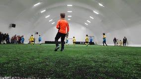 Спортивные клубы детей придают форму чашки игра футбола в стадионе Krasnaya Presnya, Москве видеоматериал