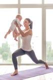 Спортивные мама и младенец Стоковые Фото