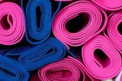 Спортивный инвентарь - циновка фитнеса Стоковые Изображения