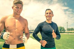 2 спортсмена бежать в парке стоковая фотография