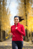 Спортсменка бежать в осени стоковое фото rf