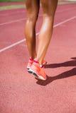 Спортсменка бежать на гоночном треке Стоковое фото RF