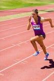 Спортсменка бежать на гоночном треке Стоковые Фото