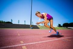 Спортсменка бежать на гоночном треке Стоковое Изображение