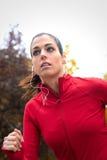Спортсменка бежать на парке Стоковые Фото
