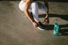 Спортсменка готовая для бежать стоковое фото rf