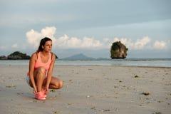 Спортсменка готовая для бежать на пляже Стоковые Изображения