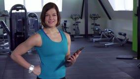 Спортсменка держит доску сзажимом для бумаги в ее руке сток-видео