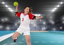 Спортсменка играя гандбол Стоковое Изображение RF