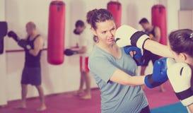 Спортсменка имеет sparring с партнером Стоковые Фото