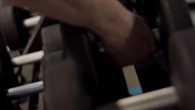 Спортсменка кладет гантели на шкаф в современный спортзал акции видеоматериалы